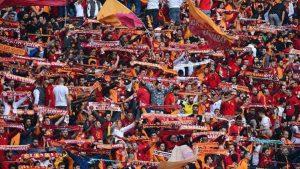 Galatasaray taraftarı stadı İzmir Marşı ile inletti