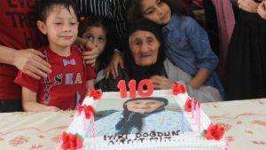 110 yaşındaki Münevver nineye doğum günü sürprizi