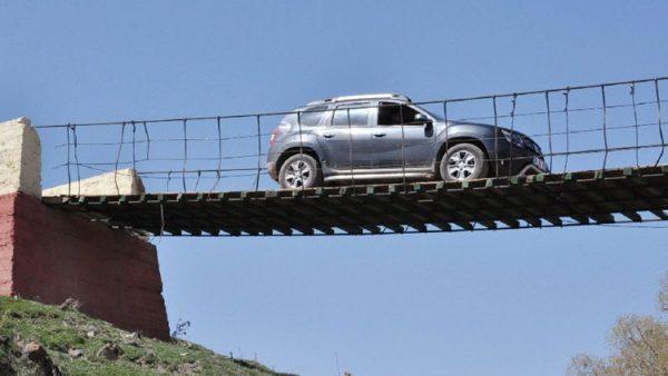 Hasar gören köprüde tehlikeli yolculuk… Koptu kopacak