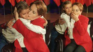 Meral Akşener'den yanına gelen küçük kıza: Sen ağlama dayanamam…
