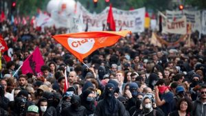 Fransa karıştı: Binlerce gösterici sokağa çıktı