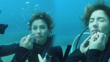 Deniz altında makyajla kadına şiddete dikkat çekti