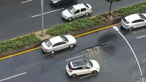 Ankara'da sağanak yağış nedeniyle yol çöktü