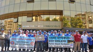 İşten çıkarılan işçilerden belediye önünde oturma eylemi