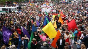 Berlin'deki Onur Yürüyüşü'ne 500 bin kişi katıldı