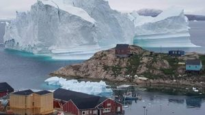 Grönland'da köye yaklaşan buz dağı köylüleri korkuttu