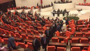 O kürsüye geldiğinde CHP'liler salonu terk etti