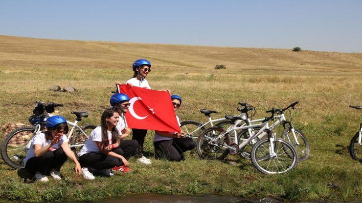 Kadın bisikletçiler 'zafer' için pedal çeviriyor