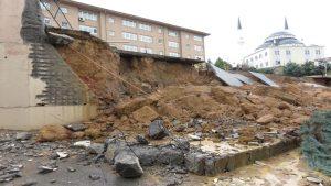 Sancaktepe'de okul duvarı çöktü