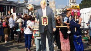 Trump, İngiltere'de protesto edildi