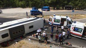 Tur otobüsü otomobille çarpıştı: 2 ölü 30 yaralı