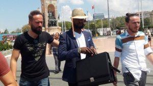 Dolar fırladı otellere sahte dolar pazarlayan Nijeryalı dolandırıcı yakalandı