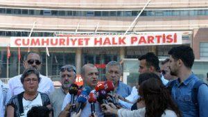 CHP'de Kurultay isteyenlerden Genel Merkez önünde oturma eylemi