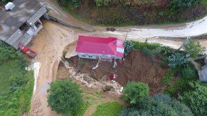 Rize'de heyelan: 1 ev çöktü 22 ev boşaltıldı