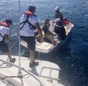 Denizde rüzgara kapılan 3 kişiyi Sahil Güvenlik kurtardı