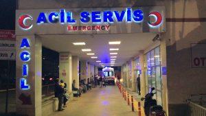 Şanlıurfa'da, geç geldiğini öne sürdüğü sağlık görevlisini bıçakladı