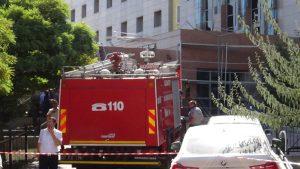 Hastane önündeki demir iskele çöktü: 4 işçi yaralı
