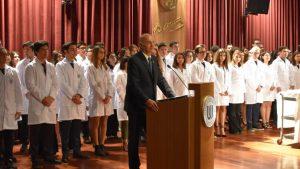 Tıp öğrencileri beyaz önlüklerini giydiler