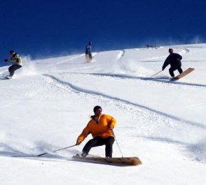Kar yağdı, köylülerin tahtalı kayak eğlencesi başladı