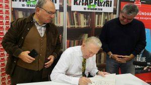 Uğur Dündar Yılmaz Özdil'e kitabını imzaladı