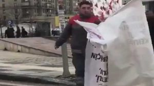 AKP'li belediye CHP'nin pankartlarını söktü: 'Adil seçim öyle mi?'