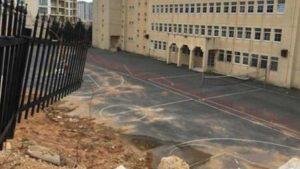 Tuzla'da istinat duvarı okul bahçesine devrildi